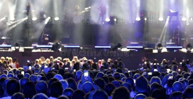 Głowy widownia żywy koncert podczas gdy nagrywać i ph zdjęcia royalty free