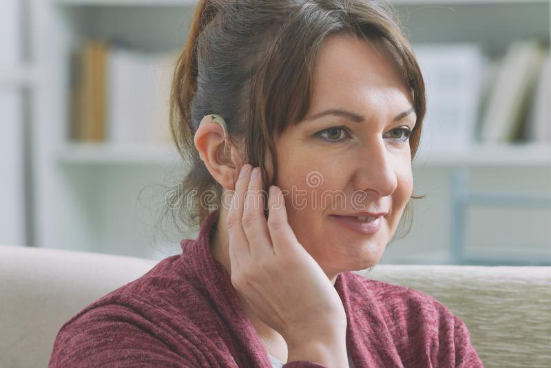 Głucha kobieta nosząca aparat słuchowy obrazy stock