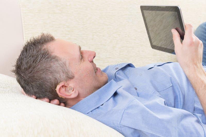 Głuchy mężczyzna używa pastylkę obrazy stock