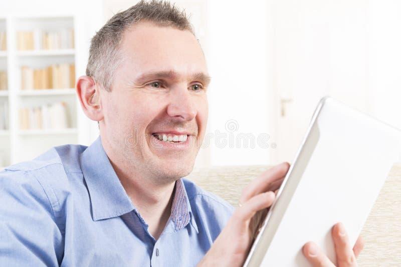 Głuchy mężczyzna używa pastylkę fotografia stock