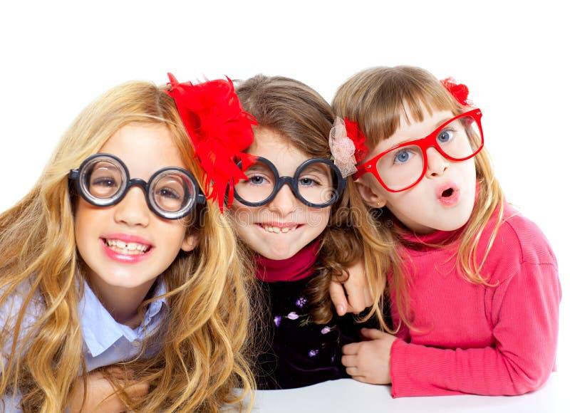 Głupka dzieci dziewczyny grupa z śmiesznymi szkłami zdjęcie stock