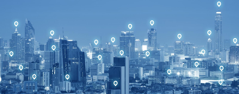 5G别针象网络连接活动在现代城市摩天大楼技术 免版税库存图片