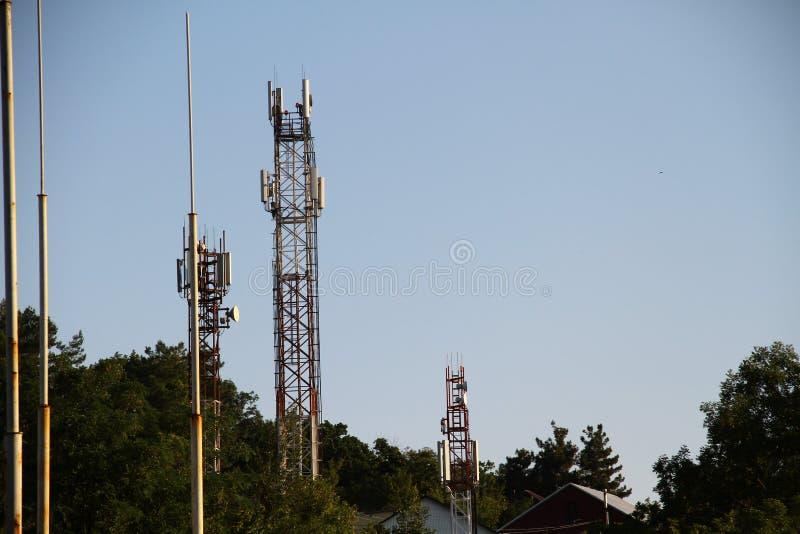 5G巧妙的在放热信号的电信帆柱的移动电话gsm网络天线基地 库存照片