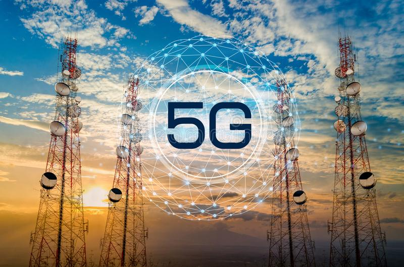 5G电信在早晨天空晚上天空的塔天线 库存照片