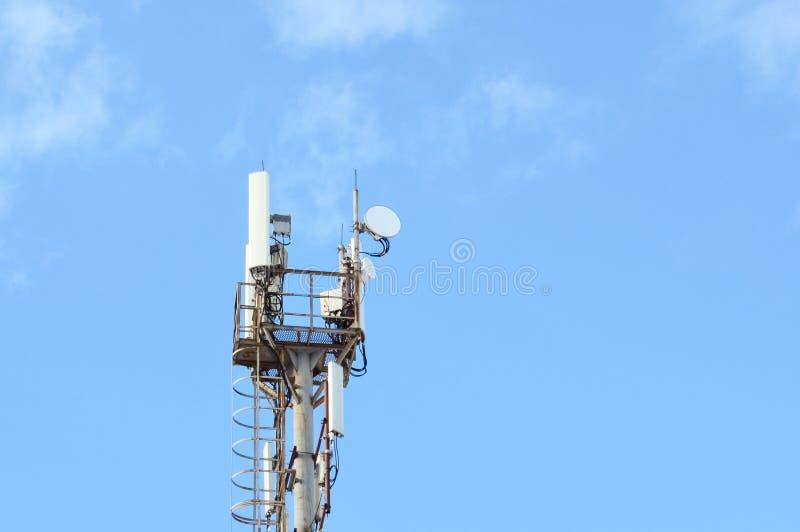 5G,4G,3G,边缘,有拷贝空间的GPRS巧妙的移动电话广播网GSM天线 概念电信 免版税库存照片