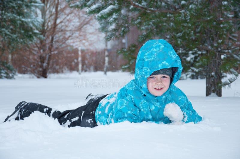 gå vinter för pojkepark arkivfoton