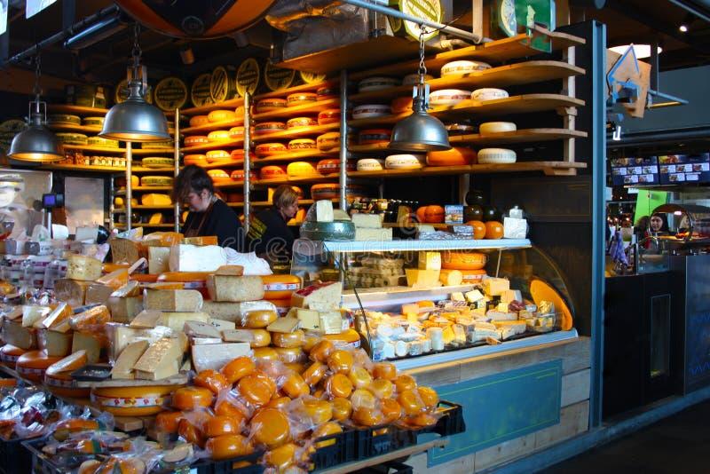G? att shoppa och k?p smakliga ostar fr?n rotterdam mejeriproducenter i den stora marknaden av metropolisen arkivbilder