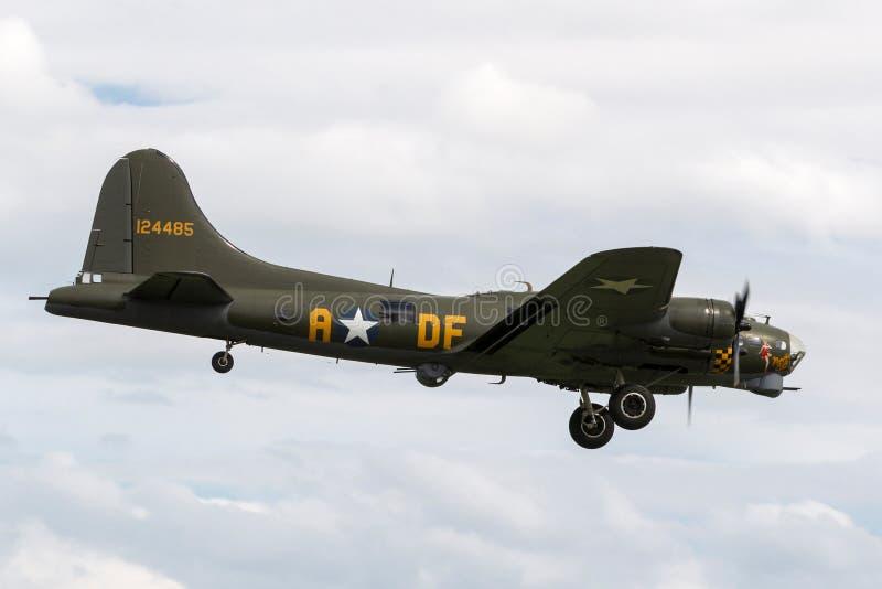 ` G-BEDF de Sally B del ` de los aviones de bombardero de la fortaleza del vuelo de Boeing B-17 de la era de la Segunda Guerra Mu fotografía de archivo