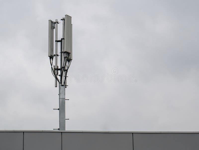 3G, 4G celular Esta??o de transceptor baixa Torre da telecomunica??o Transmissor sem fio da antena de uma comunica??o fotografia de stock