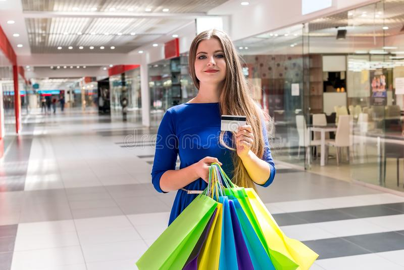 G?ende shoppa f?r kvinna med kreditkorten royaltyfri foto