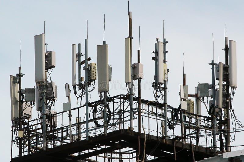 3G, 4G i 5G komórkowe anteny, staci bazowej transceiver obszar miasta dmitrov nocy Moscow tower telekomunikacyjnych zimy Bezprzew obrazy stock
