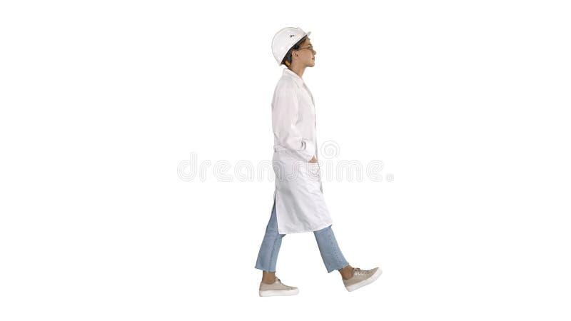 G? kvinnateknikern med h?nder i fack p? vit bakgrund arkivbild