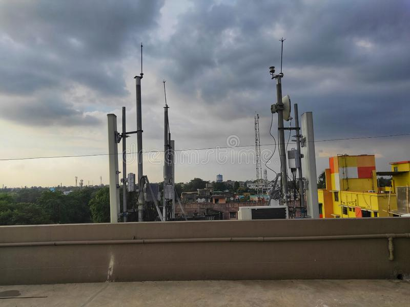 G-/Mübermittler auf einem Dach des Leutebewohnererrichtens stockbilder