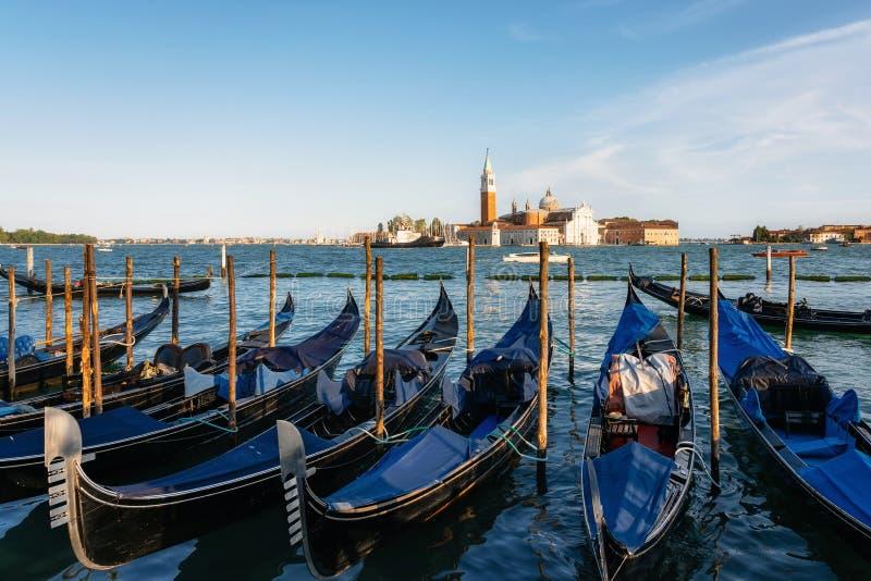 G?ndola contra barcos e ilha de San Giorgio Maggiore, Veneza, It?lia foto de stock