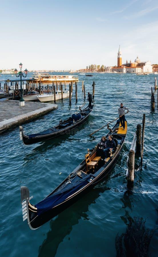 G?ndola contra barcos e ilha de San Giorgio Maggiore, Veneza, It?lia fotografia de stock royalty free