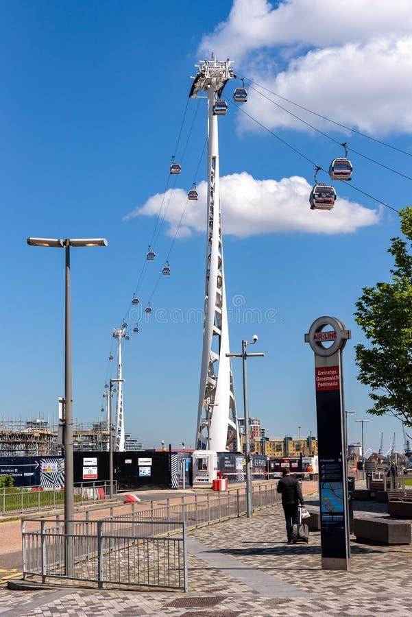 G?ndola da linha de ar dos emirados em Londres imagem de stock