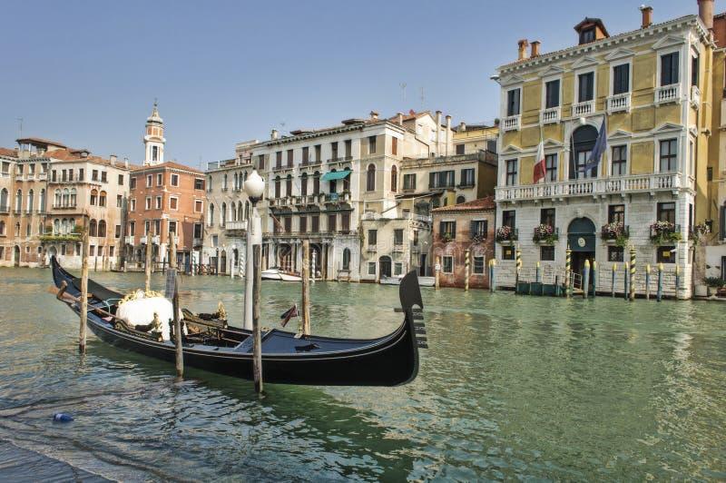 Gôndola estacionada no canal grande em Veneza foto de stock
