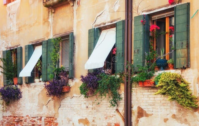 Gôndola no canal em Veneza é um destino popular do turista de Europa fotos de stock royalty free