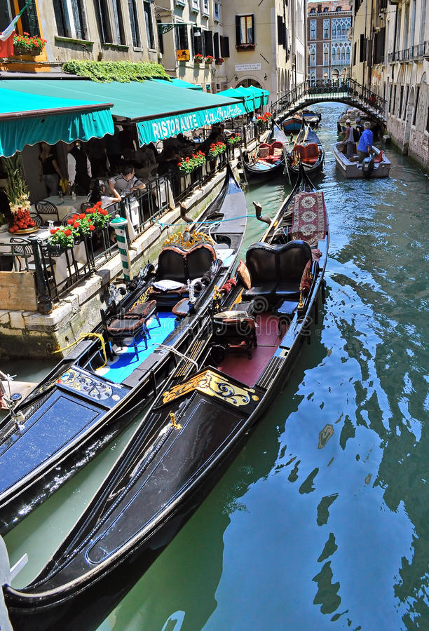 Gôndola no canal em Veneza, Italy imagem de stock royalty free