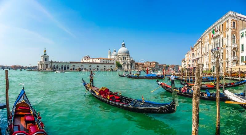 Gôndola no canal grandioso com di Santa Maria da basílica, Veneza, Itália imagem de stock royalty free