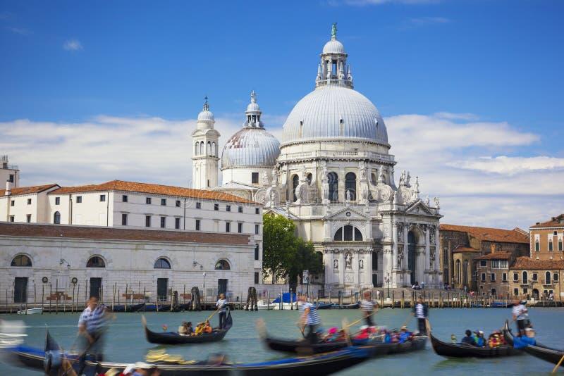 Gôndola no canal grandioso com di Santa Maria della Salu da basílica fotografia de stock royalty free