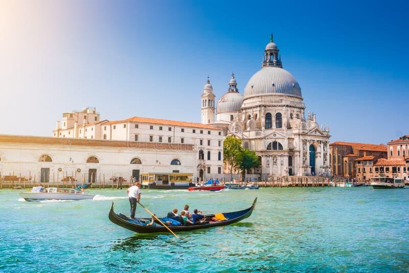 Gôndola no canal grandioso com di Santa Maria della Salute da basílica, Veneza, Itália fotografia de stock royalty free