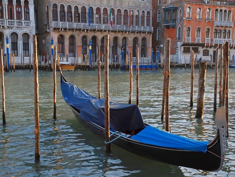 G?ndola revestida em Canale grandioso em Veneza fotografia de stock royalty free