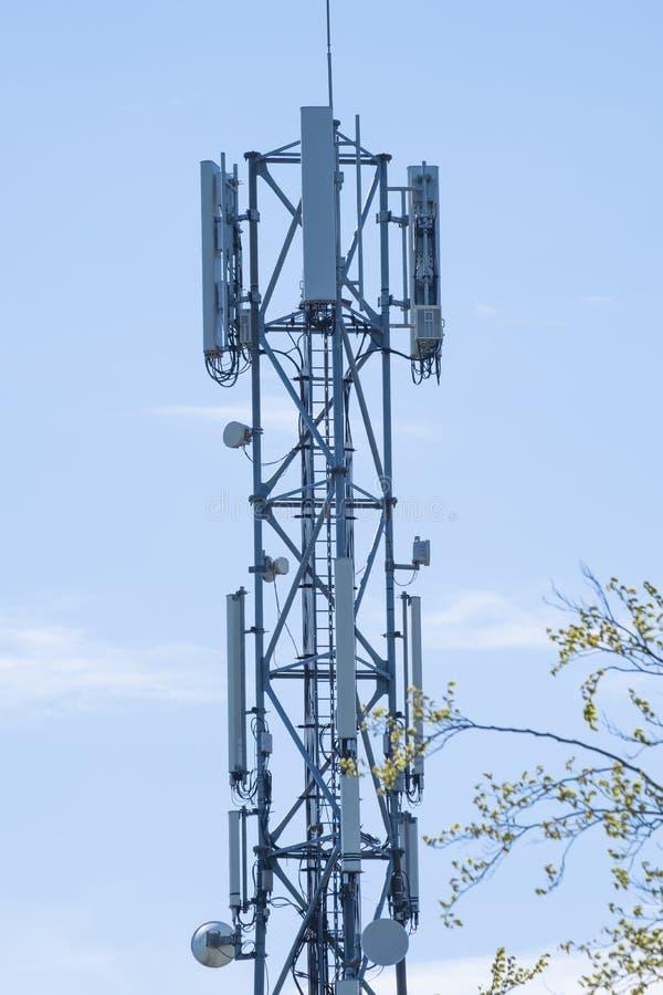 5G Network Connection Concept-5G смарт-сотовая сеть антенна базовая станция на телекоммуникационной мачте в голубом небе стоковое изображение