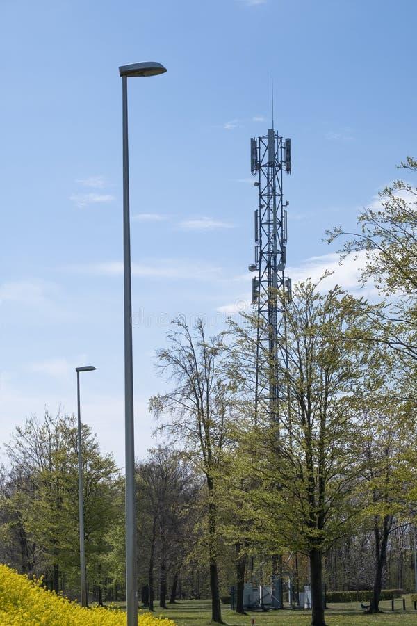 5G Network Connection Concept-5G smart cellular network, антенна на мачте электросвязи В зеленой среде стоковое фото