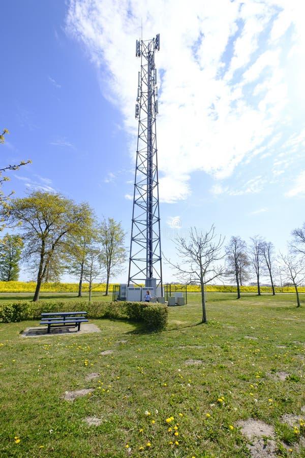 5G Network Connection Concept-5G smart cellular network, антенна на мачте электросвязи В зеленой среде стоковые изображения