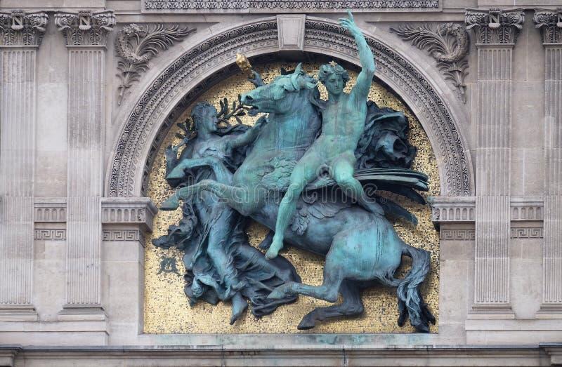 G?nio das artes montado em Pegasus por Marius Jean Antonin Mercie, detalhe arquitet?nico do museu do Louvre foto de stock