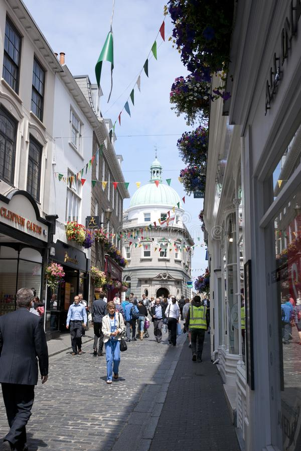 G?owna Ulica w miasteczku St Pierre portu St Peter port g??wna ugoda Guernsey channel islands, UK - 11th Lipiec zdjęcia stock