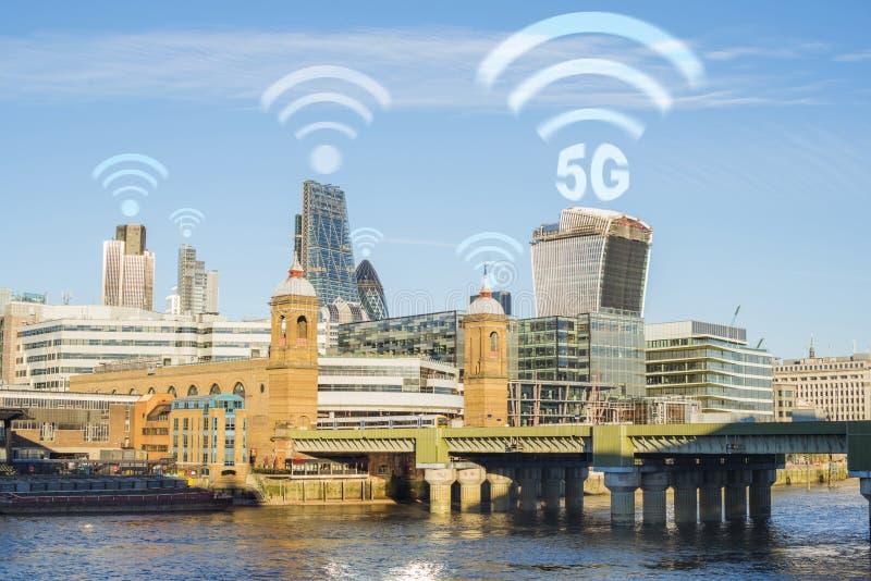 5G pojęcie w mieście Wiele bezprzewodowi symbole na wierzchołku budynki fotografia royalty free