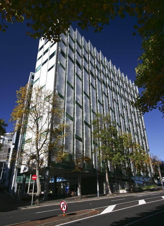 G?ra ett hack i fasad med skalning av av perforerade paneler p? aff?rsskola p? gatan, Auckland universitet av teknologi, Nya Zeel arkivfoto