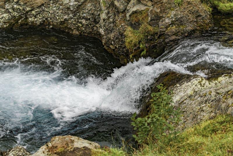 G?ra krajobraz Kamchatka: pi?kna siklawa Lato krajobraz Kamchatka zdjęcia stock