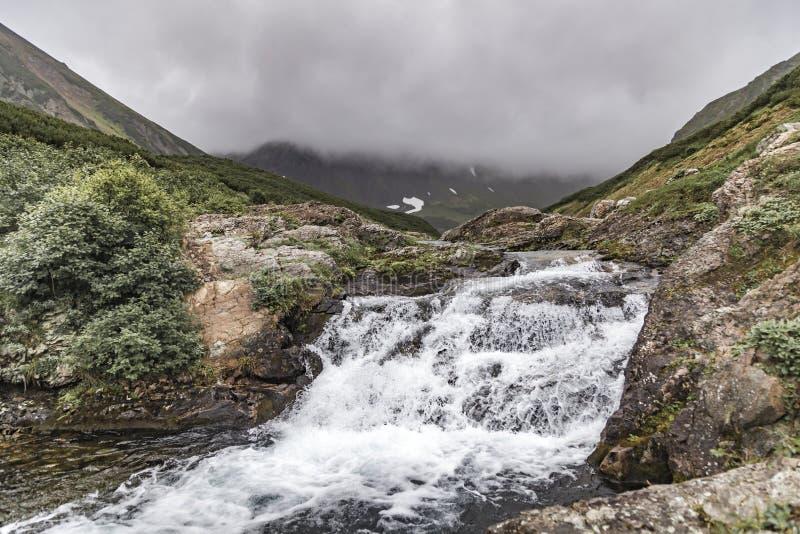 G?ra krajobraz Kamchatka: pi?kna siklawa Lato krajobraz Kamchatka obrazy royalty free