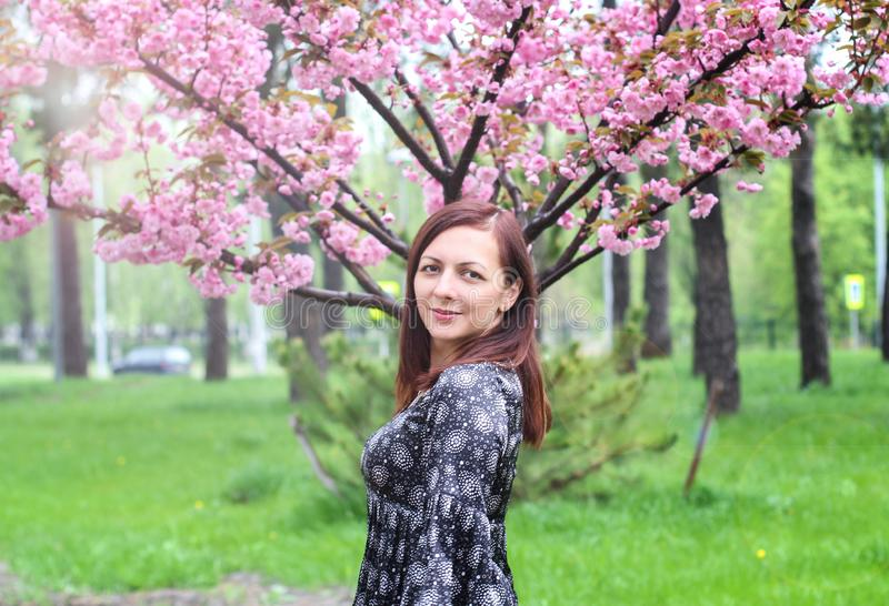 G?ra perfekt modellen med id?rik livlig makeup- och rosa f?rgl?ppstift p? kanter och den traditionella japanska frisyren som utan arkivfoto