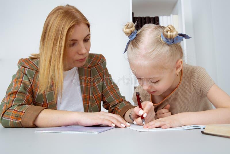 G?ra uppgifter och att studera begrepp Barnvakt med flickahandstill?xa royaltyfria foton