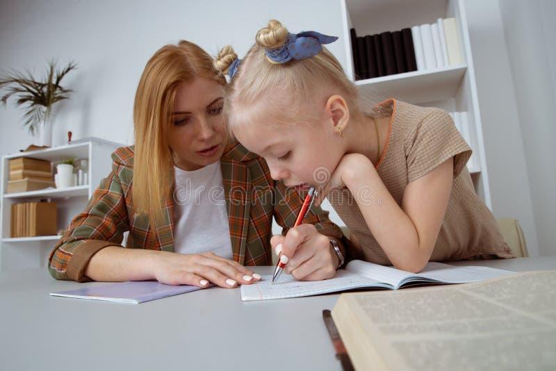 G?ra uppgifter och att studera begrepp Barnvakt med flickahandstill?xa fotografering för bildbyråer