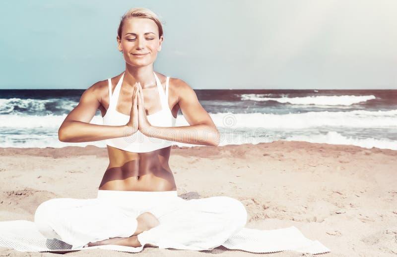 G?ra yoga utomhus arkivfoto
