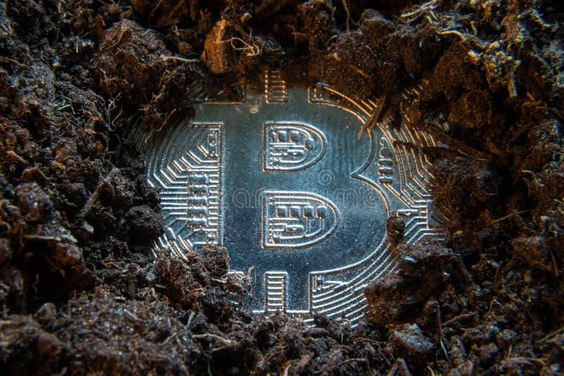 G?rnicza crypto waluta - Bitcoin Online pieni?dze moneta w brud ziemi Cyfrowej waluta, blokowego ?a?cuchu rynek, online biznes obrazy royalty free