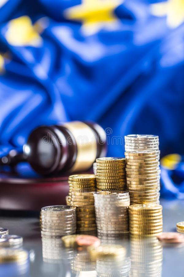 G?ruje z euro monety flag? unia europejska i sprawiedliwo?? m?ot w tle obraz stock