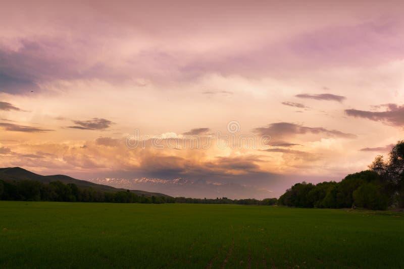 G?ry z chmurami w wio?nie Natura ?Tekeli ? Alatau g?ry kazakhstan obrazy stock