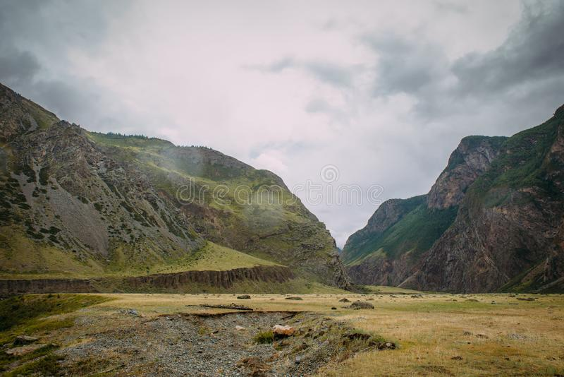G?rzysty krajobraz na chmurnym letnim dniu Atmosferyczna natury sceneria na dużej wysokości Kształty skały w obraz royalty free