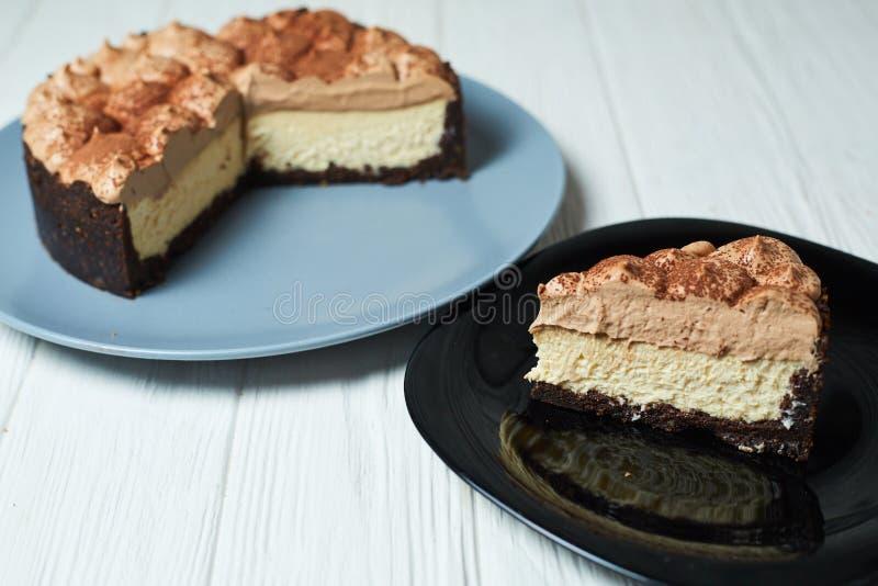 G?teau au fromage de vanille avec de la cr?me et le cacao de chocolat au lait images libres de droits