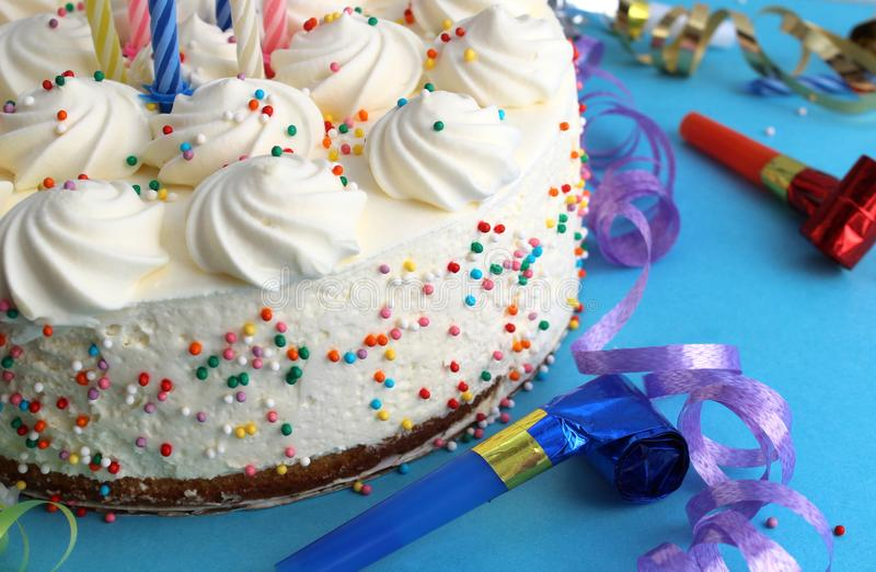 G?teau d'anniversaire avec des bougies pour l'anniversaire sur un fond bleu avec des confettis images stock
