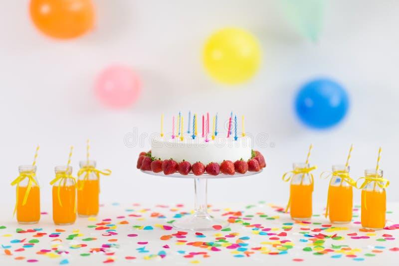 G?teau d'anniversaire, jus, ma?s ?clat? et guimauve image libre de droits