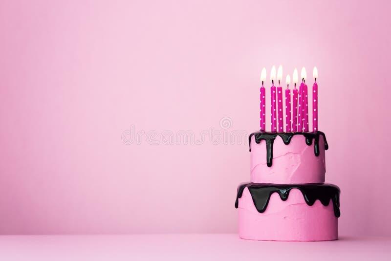 G?teau d'anniversaire rose avec des bougies images stock