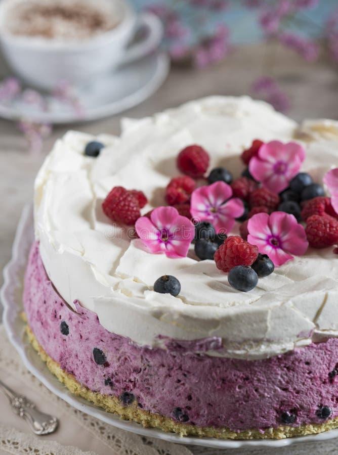 G?teau de c?l?bration avec des baies et une tasse de caf? aromatique Serviette de cru, cuill?re et fleurs roses photo libre de droits
