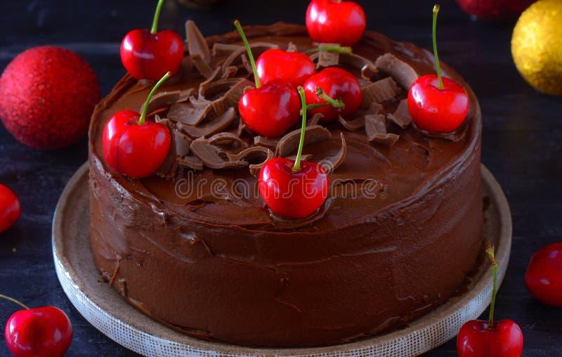 Gâteau de chocolat avec des cerises images stock